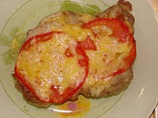 Отбивные из говядины в духовке с помидорами и сыром