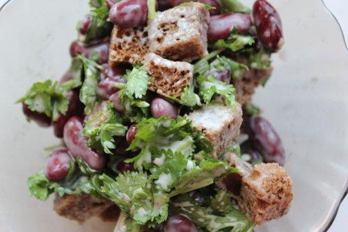 Салат с фасолью красной и кириешками