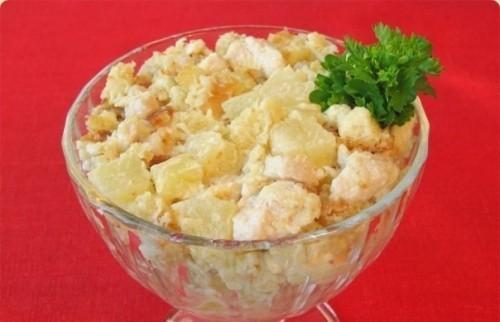 салат с ананасов с сыром и чесноком и курицей