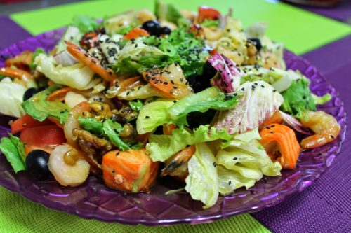 Зеленый салат с семечками тыквы и подсолнечника