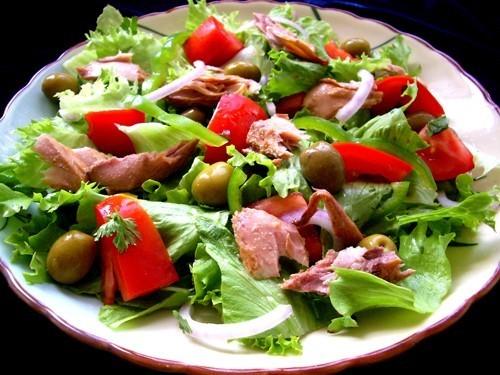 как приготовить салат с тунцом консервированным фото рецепт
